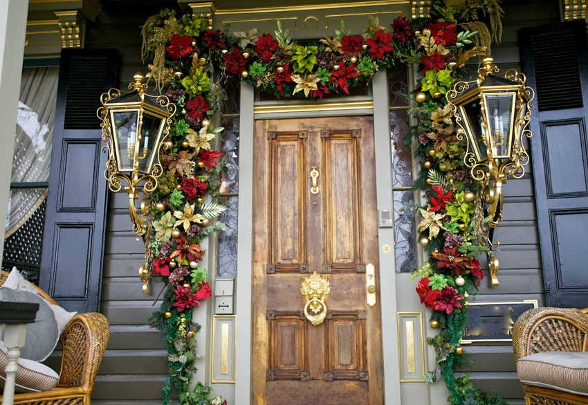 Dramatic, Old-Fashioned Garland Decor