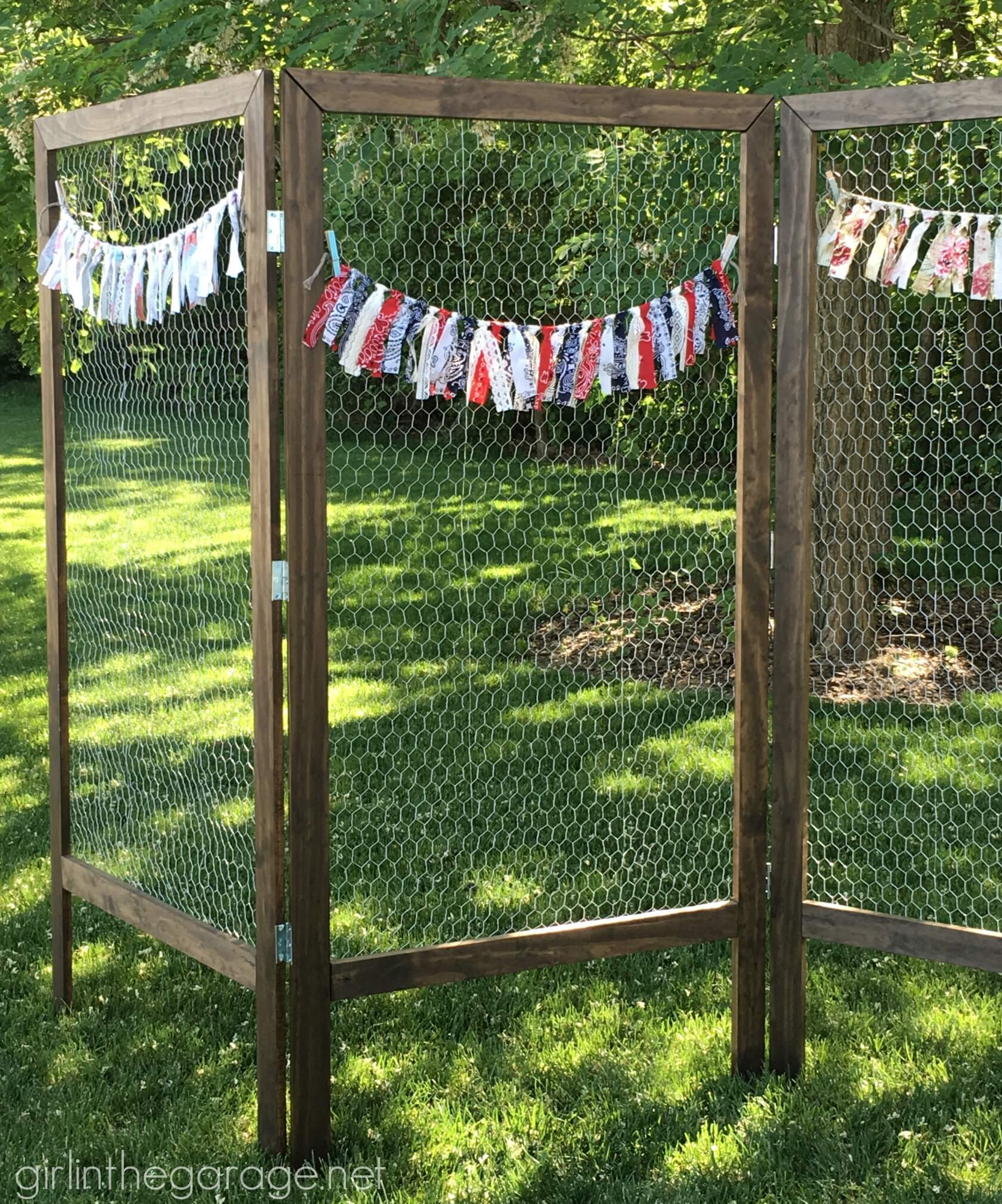 Outdoor Chicken Wire Screen with Banner