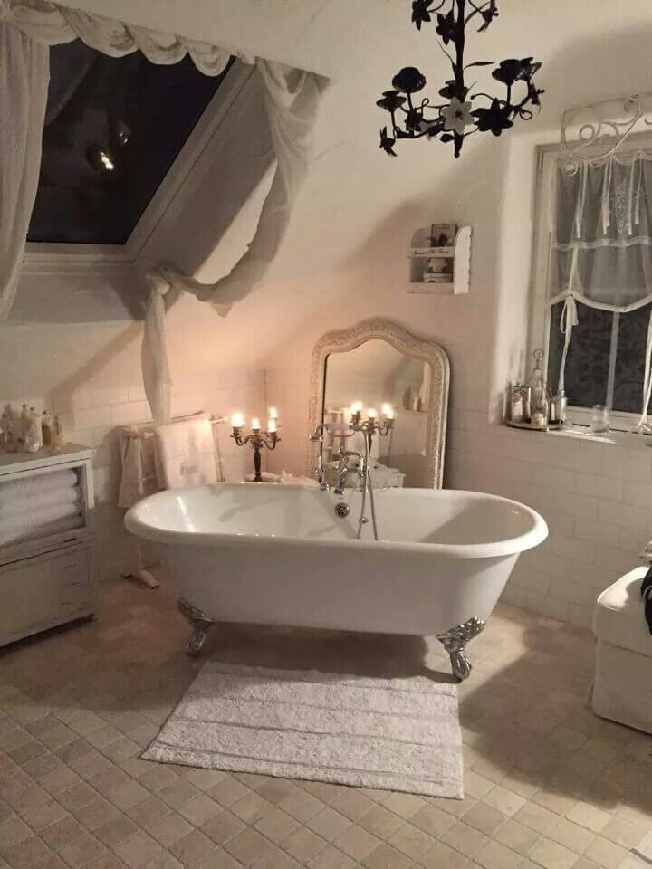 Shabby Chic Bathroom Décor with Clawfoot Tub