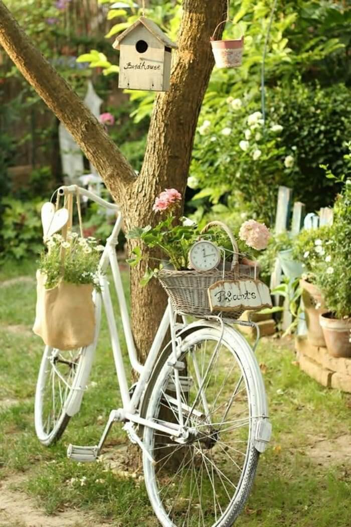 Vintage Garden Décor with Flowers