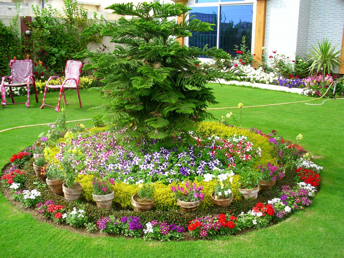 Round Flower Bed with Pots