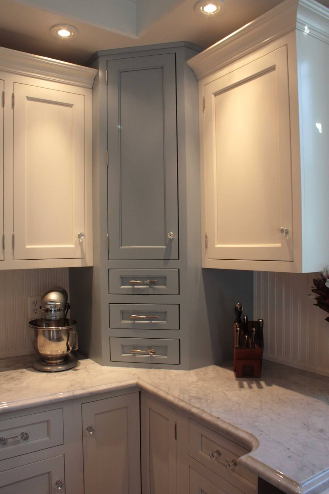 Kitchen Cabinets with Cute Drawer Pulls