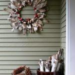 27-repurposed-wood-shaings-wreath-outdoor-christmas-decor-homebnc